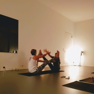 pop up yoga partner pose - hi5