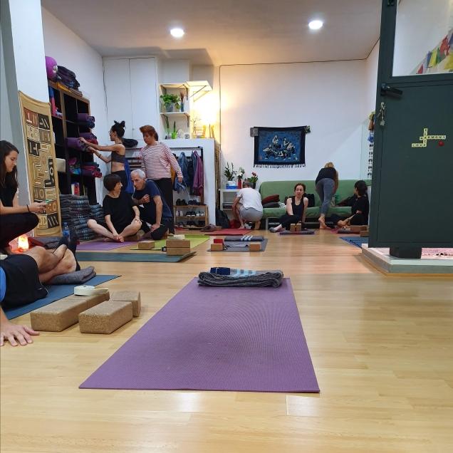 Yogaconmigo Madrid - Setting up for class